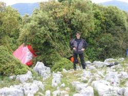Thomas mit einem Toplandeplatz zwischen den Olivenbäumen